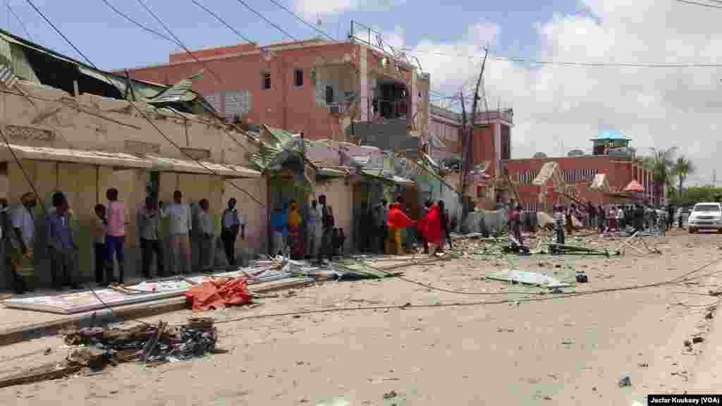 Barabara kuu mbele ya hoteli Sahafi Mogadishu, Somalia baada ya shambulizi la Al-Shabab