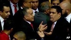 Diosdado Cabello (centro izquierda) dijo que la Asamblea Nacional venezolana está en desacato si no desincorpora a 3 diputados opositores.