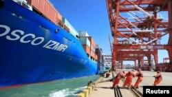 19일 중국 산둥성 칭다오 항에서 인부들이 중국 국영선사인 COSCO(China Ocean Shipping Company) 선박을 부두에 대는 작업을 하고 있다. (자료사진)