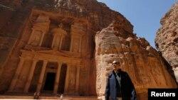 """Presiden Barack Obama mengamati """"The Treasury"""" saat meninjau peninggalan sejarah dan arkelogi di Petra (23/3).Kunjungan presiden Obama ke Petra mengakhiri rangkaian lawatan empat harinya ke Timur Tengah. (REUTERS/Larry Downing)."""