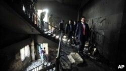 26일 화재가 발생한 방글라데시 의류공장을 시찰하는 관계자들.