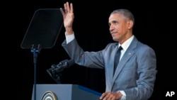 바락 오바마 미국 대통령이 22일 아바나 알리시아 알론소 대극장에서 쿠바 국민들을 위한 연설에 앞서 청중들의 박수에 손을 들어 화답하고 있다.