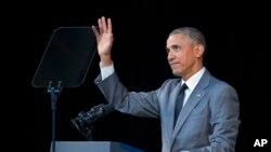 바락 오바마 미국 대통령이 지난 3월 22일 아바나 알리시아 알론소 대극장에서 쿠바 국민들을 위한 연설에 앞서 청중들의 박수에 손을 들어 화답하고 있다.
