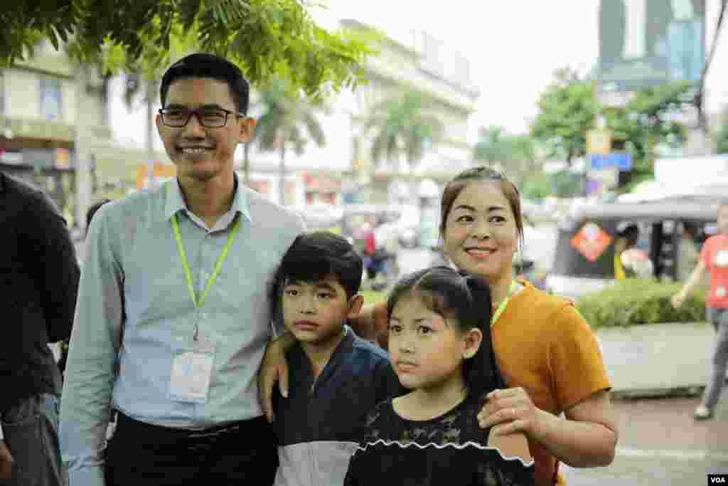 អតីតអ្នកសារព័ត៌មានវិទ្យុអាស៊ីសេរីប្រចាំរាជធានីភ្នំពេញ លោក យាង សុធារិន្ទ និងគ្រួសារថតរូបនៅខាងក្រៅសាលាដំបូងរាជធានីភ្នំពេញកាលពីថ្ងៃសុក្រទី៣០ ខែសីហា ឆ្នាំ២០១៩។ (ទុំ ម្លិះ/VOA Khmer)