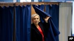 Marin Le Pen səsvermə məntəqəsində səs verdikdən sonra