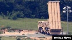 28일 오후 한국 경북 성주 주한미군 사드 기지에 요격미사일 발사대가 하늘을 향하고 있다.