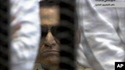 حسنی مبارک در جلسه دادگاه هنگام قرائت حکم محکومیت به حبس ابد- ۲ ژوئن ۲۰۱۲