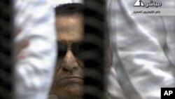 حسنی مبارک، رئیس جمهوری سابق 84 ساله مصر در جلسه دادگاه - دوم ژوئن 2012