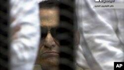 Ảnh cựu tổng thống Ai Cập Hosni Mubarak, 84 tuổi, trích từ video trong buổi tòa tuyên án ông về tội giết người biểu tình