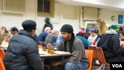 Beberapa gereja dan institusi keagamaan di Amerika memberi makan warga miskin dengan bantuan dana pemerintah (foto:dok).