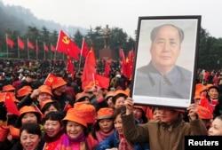2013年12月26日,韶山,纪念毛泽东主席120岁生日的人们举着毛像