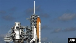Phi thuyền con thoi Discovery trên giàn phóng ở Mũi Canaveral, bang Florida