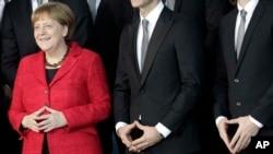 Kanselir Jerman Angela Merkel bersama anggota tim bola tangan, Berlin, Jerman.