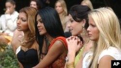 Para peserta kontes Miss World tahun 2012 (foto: dok). Kontes Miss World 2013 yang akan berlangsung mulai 8 September di Bali tidak akan menampilkan kontes bikini.