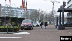Dua dari empat warga Rusia, yang diduga berusaha meretas Organisasi untuk Pelarangan Senjata Kimia di Den Haag, terlihat dalam gambar handout yang dirilis oleh Menteri Kehutanan Belanda van Defensie, 4 Oktober 2018.