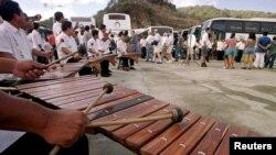 Mientras Centroaméria ha cerrado sus puertas a extranjeros, Nicaragua recibe con marimbas y jóvenes bailarines a turistas extranjeros que llegan en cruceros al balneario de San Juan del Sur.
