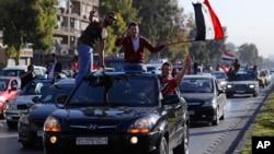 Warga Suriah melakukan unjuk rasa di ibukota Damaskus untuk mendukung pasukan bersenjata mereka pasca serangan AS.