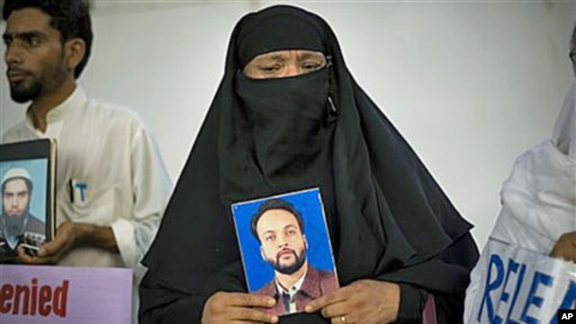 Pakistani Shansum Nasa holds a photo of her son, Atiq ur Rehman, who disappeared in 2004, during a demonstration outside the International Committee of the Red Cross in Islamabad, Pakistan, Jul 23, 2008 (file photo)