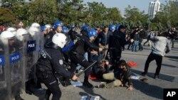 Polisi anti huru-hara bentrok dengan para aktivis yang berupaya bergerak menuju lokasi pemboman kembar di stasiun kereta api utama Ankara, Turki, 10 Oktober 2016 (AP Photo).