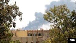 Khói bốc lên trên bầu trời thủ đô Tripoli sau các cuộc oanh kích