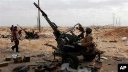대공포를 겨냥하고 있는 리비아 반군