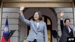 台湾总统蔡英文在台北举行的就职典礼上挥手致意。(2020年5月20日)