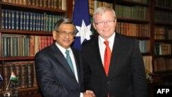Ngoại trưởng Australia (phải) và Ngoại trưởng Ấn bắt tay sau cuộc họp báo chung ở Melbourne, Australia