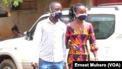 Bato babale bazo'tambola na ba masques na zolo mpe monoko na Bukabu, Sud-Kivu, 8 avril 2020. (VOA/Ernest Muhero)