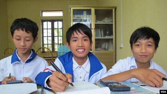 Học sinh sử dụng sách mượn từ 'thư viện phụ huynh' tại một trường tiểu học trong tỉnh Thái Bình (M. Brown / VOA)