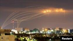 """Sistem pertahanan """"Kubah Besi"""" Israel mencegat roket yang ditembakkan dari Gaza terlihat dari kota Ashkelon, Israel selatan (foto: dok)."""