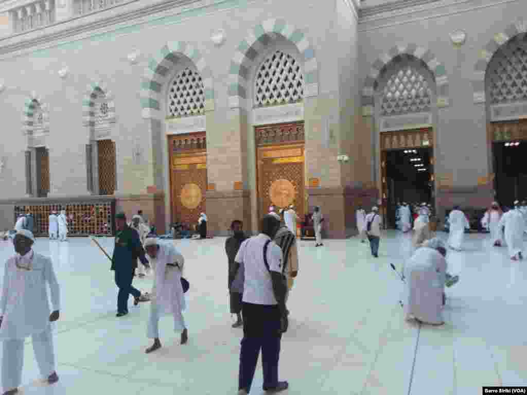 Dans la cour de la mosquée Al-Hara, Médine, le 6 août 2017. (VOA/Barro Siriki)