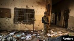 ທະຫານຄົນນຶ່ງ ຢືນຍາມຢູ່ທີ່ໂຮງຮຽນຫຼວງ ບ່ອນທີ່ພວກມືປືນ ກຸ່ມຕາລີບານທຳການໂຈມຕີ ໃນເມືອງ Peshawar. (ວັນທີ 17 ທັນວາ 2014)