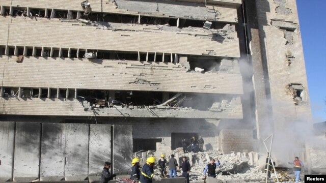 Nhân viên an ninh Iraq tại hiện trường sau vụ đánh bom tự sát ở Kirkuk, ngày 3/2/2013.