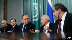 Secretary-General of the Arab League Nabil Elaraby, (2R), speaks to Russian Foreign Minister Sergey Lavrov, (3L), as other Arab League diplomats look on during their news conference in Moscow, Russia, February 20, 2013.
