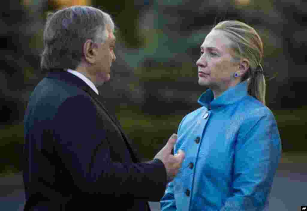 Armenian Foreign Minister Eduard Nalbandian, left, and US Secretary of State Hillary Clinton chat after giving a press conference following meetings Monday, June 4, 2012 at the presidential palace in Yerevan. (AP Photo/Saul Loeb, Pool)