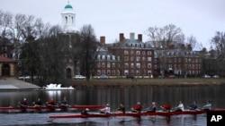 2017年3月7日,划槳者從馬薩諸塞州劍橋的查爾斯河上穿過哈佛大學校園。哈佛大學和學生公平錄取組織將就該常青藤大學是否存在歧視亞裔的錄取政策走上法庭。