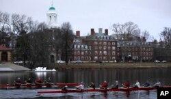 美国麻萨诸塞州剑桥的哈佛大学校园,查尔斯河穿校园而过。