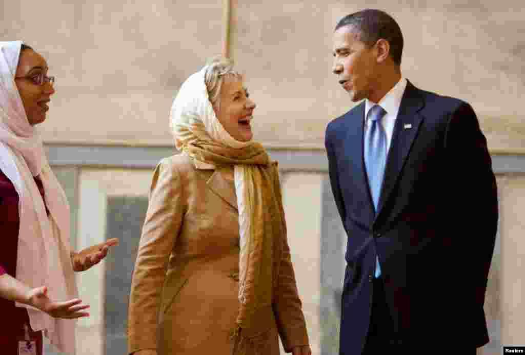 Tổng thống Obama và Ngoại trưởng Clinton đi thăm đền Sultan Hassan ở Cairo, 4-6-2009.