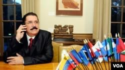 """Zelaya le expresó """"optimismo"""" sobre el acuerdo logrado al vicecanciller venezolano para América Latina y el Caribe, Francisco Arias Cárdenas."""