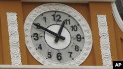 Choquehuanca explicó que al estar Bolivia en el hemisferio sur, los relojes deberían girar a la izquierda.