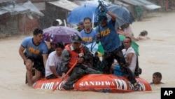 Warga mengungsi akibat banjir yang disebabkan badai Fung Wong di kota Marikina, sebelah timur Manila, Filipina (19/9). (AP/Bullit Marquez)