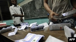 Nhân viên bầu cử đếm phiếu tại một trạm bầu cử ở Abidjan, ngày 28/11/2010