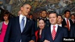 ປະທານາທິບໍດີສະຫະລັດ ທ່ານ ບາຣັກ ໂອບມາ ແລະປະທານາທິບໍດີເມັກຊິໂກ ທ່ານ Enrique Pena Nieto ພວມຍ່າງລົງຂັ້ນໃດ ທີ່ນຳນຽບແຫ່ງຊາດ ໃນນະຄອນຫຼວງ ເມັກຊິໂກ ຊີຕີ້ (2 ພຶດສະພາ 2013)