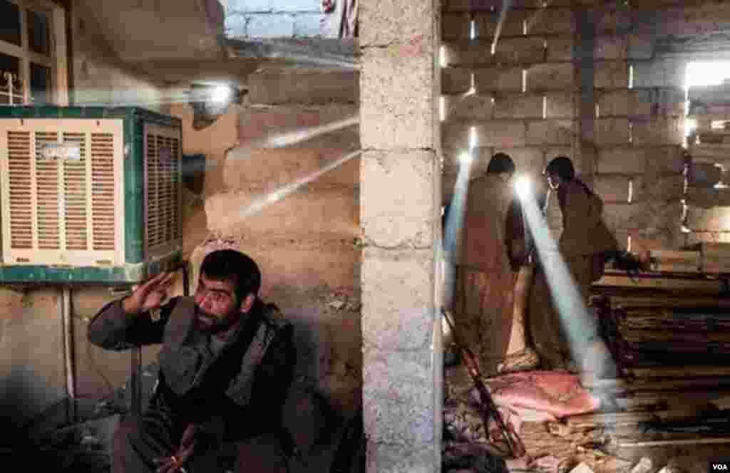 نور از حفره های دیوار سرک می کشد. هیچ جا امن نیست.