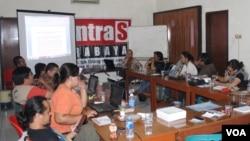 "Diskusi ""Membedah Tanggungjawab Negara Terhadap Korban Lumpur Lapindo, Pengungsi Syiah Sampang dan Korban Letusan Gunung Merapi"" di kantor KontraS Surabaya, 25 September 2014 (Foto: VOA/Petrus)"