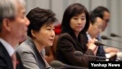 박근혜 한국 대통령이 15일 청와대에서 열린 수석비서관회의에 참석해 현안에 대해 발언하고 있다.