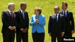 독일 크륀에서 열린 주요 7개국 정상회의에 참석한 각국 정상들이 8일 기념촬영을 하고 있다.