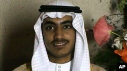 El video divulgado por la CIA permite ver por primera vez a Hamza bin Laden en edad adulta. Hasta ahora el público solo lo había podido ver en imágenes de su infancia.