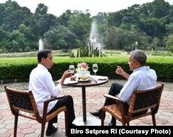 Jokowi tampak menunjukkan kepada Obama pemandangan Kebun Raya Bogor yang terhampar di hadapannya (Photo Courtessy: Biro Setpres RI)
