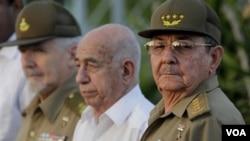 El presidente Raúl Castro (d), el primer vicepresidente, José Ramón Machado Ventura (c), y el Comandante de la Revolución Ramiro Valdés (i).